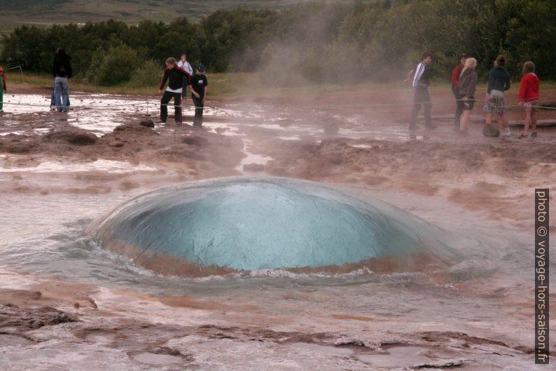 La bulle d'eau du geyser Strokkur déborde. Photo © André M. Winter
