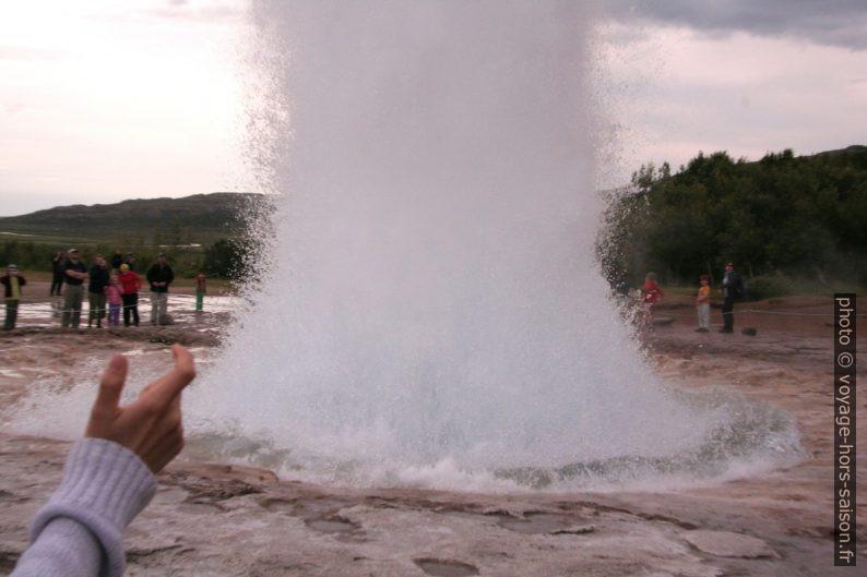Éclatement de la bulle d'eau du geyser Strokkur. Photo © André M. Winter