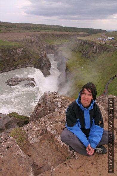 Alex devant la cascade basse du Gulfoss. Photo © André M. Winter