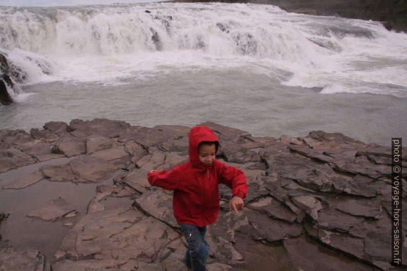 Nicolas devant la cascade haute du Gulfoss. Photo © André M. Winter