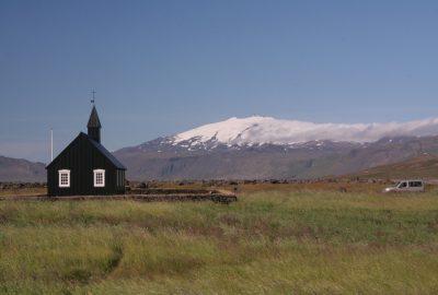 L'église noire de Búðir devant le glacier blanc du Snæfellsjökull. Photo © André M. Winter