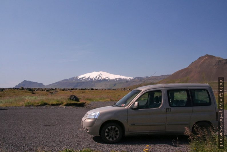 Notre Berlingo et le Snæfellsjökull. Photo © André M. Winter