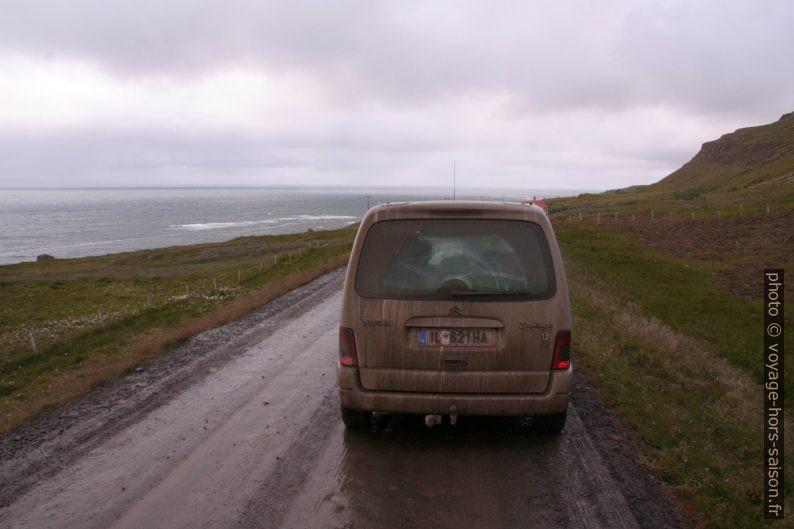 Voiture bien sale sur les pistes islandaises sous la pluie. Photo © André M. Winter