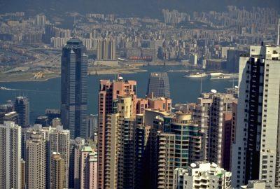 Gratte-ciels de Hong-Kong et West Kowloon au fond. Photo © Alex Medwedeff