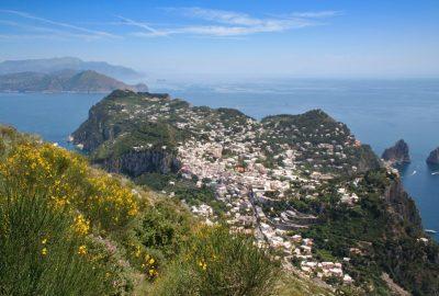 Vue plongeante sur le village de Capri. Photo © André M. Winter