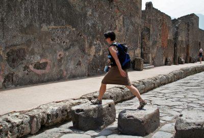 Alex sur un passage piéton romain. Photo © André M. Winter