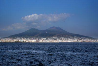 Le Vésuve vu de Naples. Photo © André M. Winter