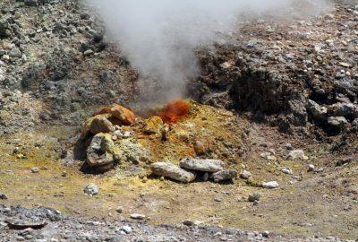 Trou crachant de la vapeur dans le cratère de la Solfatare. Photo © André M. Winter
