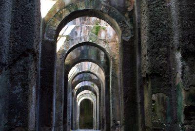 Arcs dans la Mirabile de Bacoli. Photo © André M. Winter