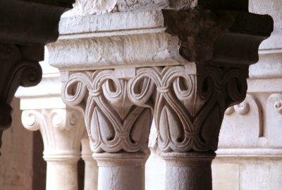 Chapiteaux aux motifs végétaux du cloître de l'Abbaye de Sénanque. Photo © André M. Winter