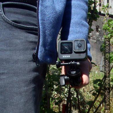 GoPro 9 sur trépied Manfrotto dans la main vers le haut. Photo © André M. Winter