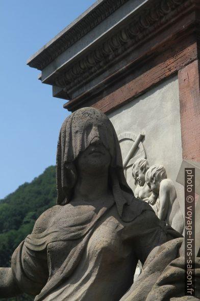 Statue de la Justice voilée. Photo © André M. Winter