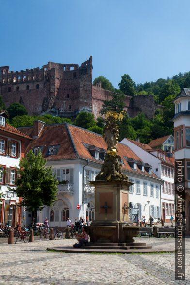 Place du Kornmarkt et les ruines du château. Photo © Alex Medwedeff