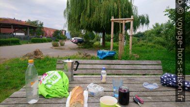 Notre petit-déjeuner pas du tous mis en scène vanlife. Photo © André M. Winter
