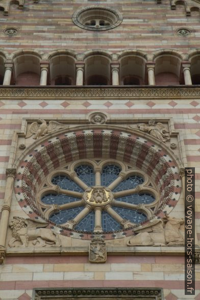Rosette de la façade principale de la cathédrale de Speyer. Photo © Alex Medwedeff