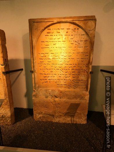 Une pierre tombale dans le musée juif de Speyer. Photo © André M. Winter