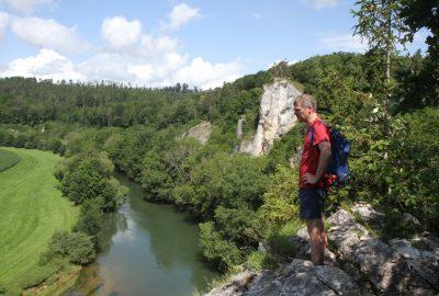 André sur un rocher au bord du Danube. Photo © Alex Medwedeff