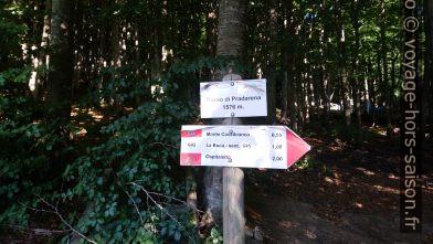 Panneau indicateur a Passo di Pradarena. Photo © André M. Winter