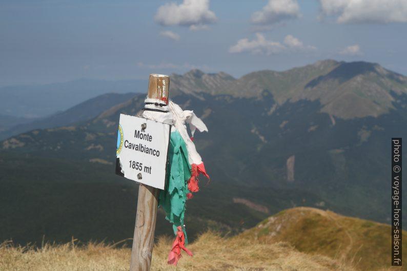 Le poteau marquant le sommet du Cavalbianco. Photo © Alex Medwedeff