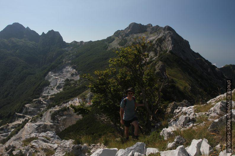André devant les carrières de marbre de Val Serenaia. Photo © Alex Medwedeff