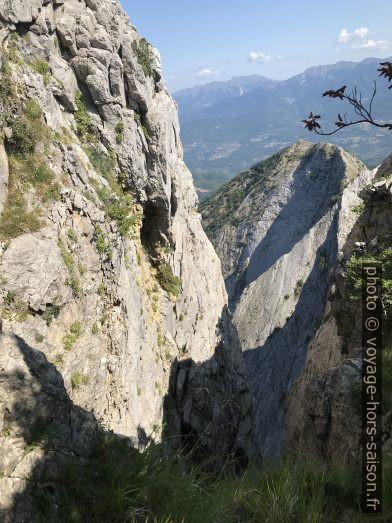 Entaille profonde entre le Torrione et la Cresta di Capradossa. Photo © Alex Medwedeff