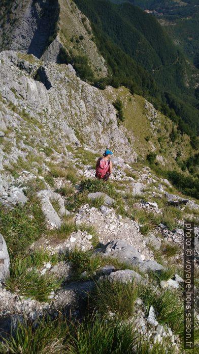 Alex dans la descente au nord du Pico di Capradossa. Photo © André M. Winter
