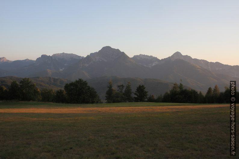 Les Alpes Apuanes vues du Monte Argegna. Photo © Alex Medwedeff