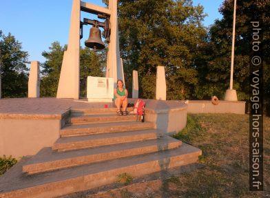 Alex assise sur les marches du monument militaire du Monte Argegna. Photo © André M. Winter