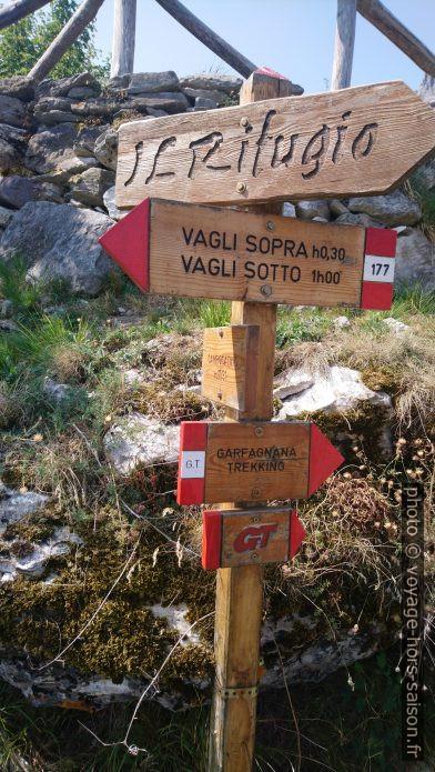 Un poteau indicateur à Campocatino. Photo © André M. Winter