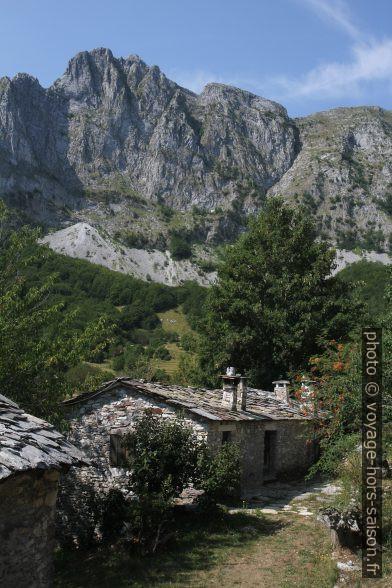 La Roccandagia et des maisons en pierre de Campocatino. Photo © Alex Medwedeff