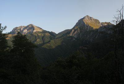 Lueurs matinales sur le Monte Corchia et la Piana della Croche. Photo © Alex Medwedeff