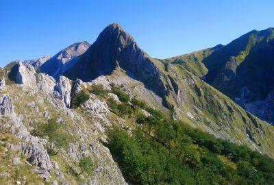 La crête et la face sud du Monte Macina. Photo © André M. Winter
